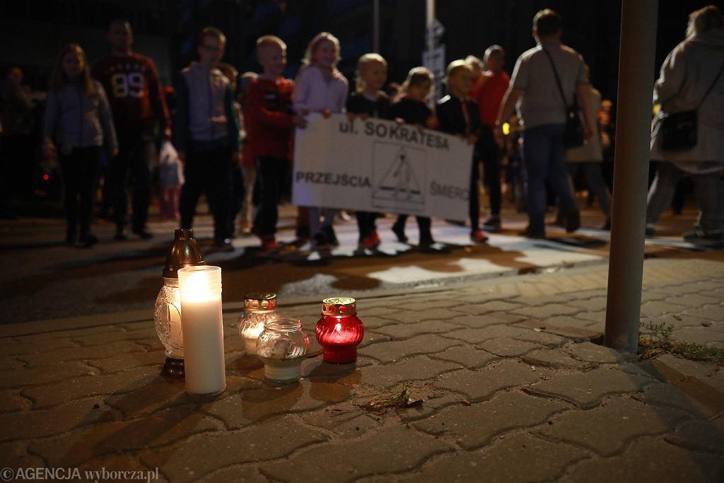 Protest mieszkańców przy przejściu dla pieszych przy ul. Sokratesa