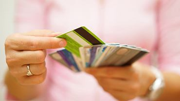 Nie jesteś w stanie spłacić w terminie zadłużenia w karcie kredytowej? Zamień kredyt na tańszy, ratalny - zachęcają banki.