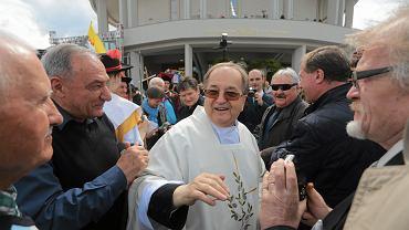 Ojciec Tadeusz Rydzyk wśród wiernych podczas poświęcenie kościoła pw . Najświętszej Maryi Panny Gwiazdy Nowej Ewangelizacji i św. Jana Pawła II przy Drodze Starotoruńskiej w Toruniu, 18.12.2015