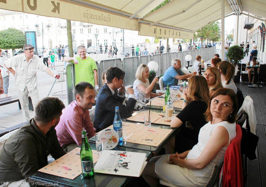 Ustawianie barierek na Krakowskim Przedmieściu w Warszawie przed 88. miesiącznicą smoleńską
