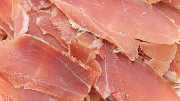 Peklowanie mięsa do wędzenia czy pieczenia, to proces konserwujący, który służy przedłużeniu trwałości, nadaniu aromatu i smaku, utrwaleniu barwy oraz zapobieżeniu rozwojowi bakterii gnilnych i chorobotwórczych