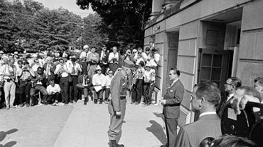 Uniwersytet w Tuscaloosa, 11 czerwca 1963 r. Gubernator Alabamy George Wallace stoi przed głównym wejściem, by nie dopuścić do przyjęcia  na uczelnię czarnych studentów. Przed nim stoi gen. Henry Graham, który dostał zadanie usunięcia Wallace'a sprzed drzwi uczelni.