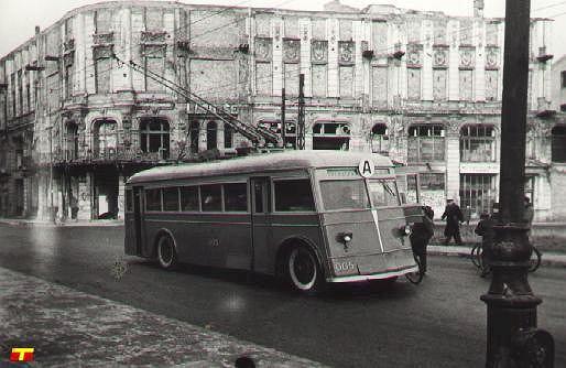 Trolejbus produkcji radzieckiej JAT b-2 nr 005 w pierwszym dniu kursowania linii A -  5 stycznia 1946 roku na ulicy Wierzbowej