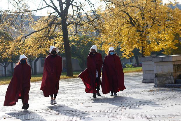 25.10.2020, Łódź. Czwarty dzień protestów przeciw wyrokowi TK ws. aborcji. Happening 'Podręcznych' w łódzkiej katedrze