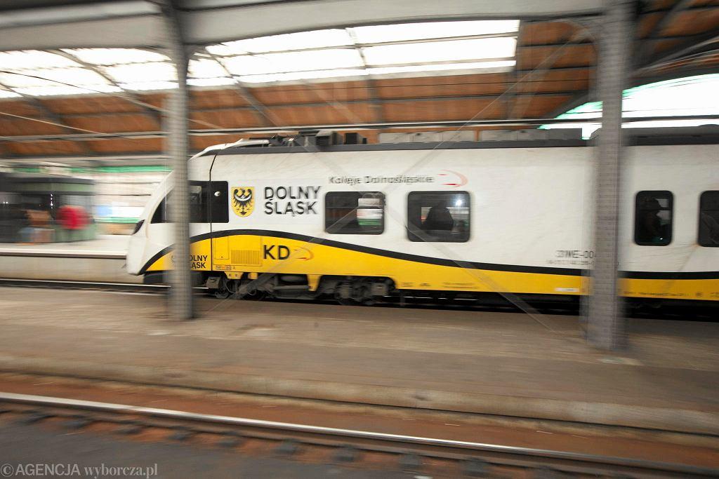 Pociąg Kolei Dolnośląskich na Dworcu Głównym