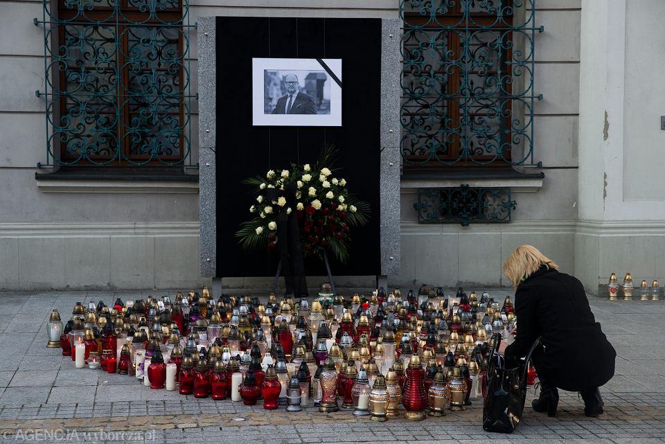 Znicze na gliwickim rynku zapalone dla Pawła Adamowicza