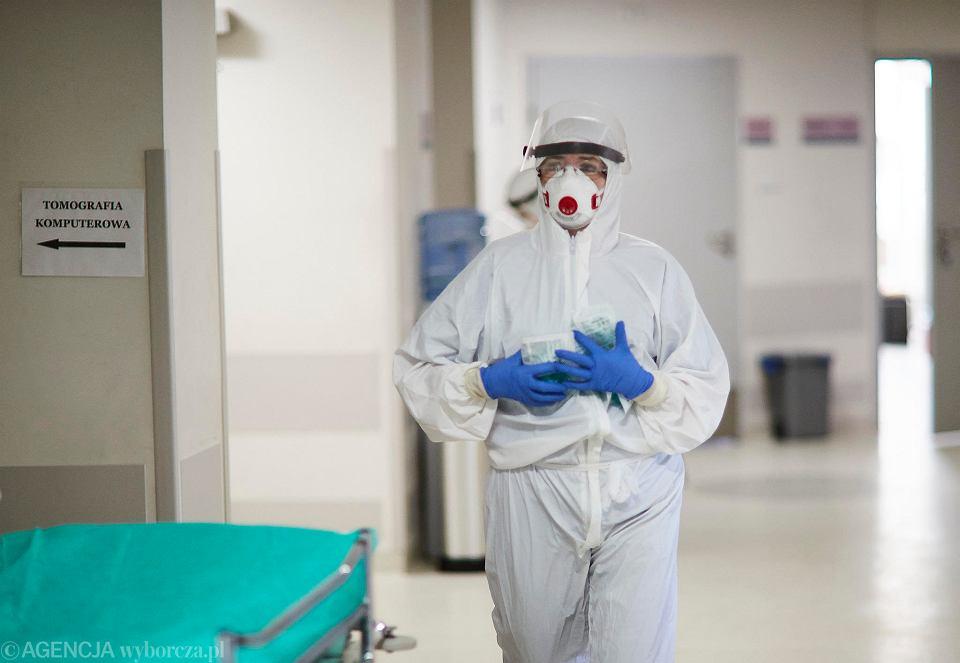 Koronawirus. Personel medyczny podczas pracy na oddziale SOR