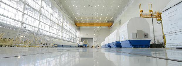 Duża hala montażu rakiet na kosmodromie Wostocznyj. Docierają tam koleją
