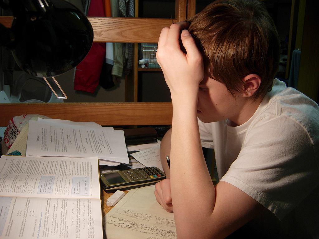 Czy rodzice powinni pomagać dzieciom w odrabianiu prac domowych? Okazuje się, że nie każda pomoc jest dobra.