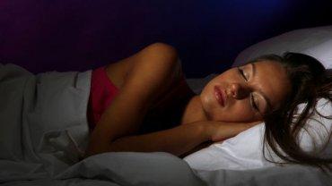 Na jakość naszego snu wpływa m.in. melatonina, hormon wytwarzany przez szyszynkę