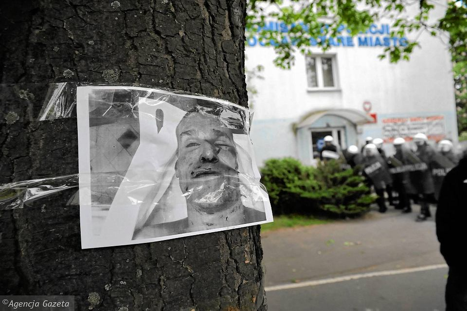 Zdjęcie pośmiertne pobitego Igora Stachowiaka zawieszone nieopodal komisariatu na Trzemeskiej
