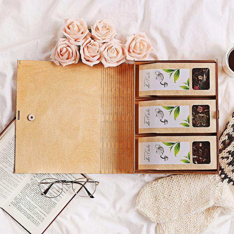 Drewniana skrzynka z trzema herbatami