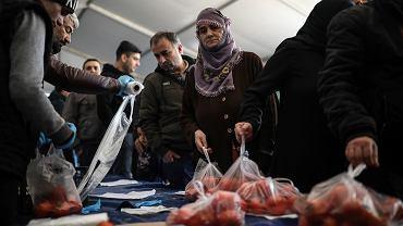 Miesiąc do wyborów samorządowych w Turcji. Rządząca AKP w specjalnym namiocie sprzedaje elektoratowi tanią żywność. Turcja, 17 lutego 2019