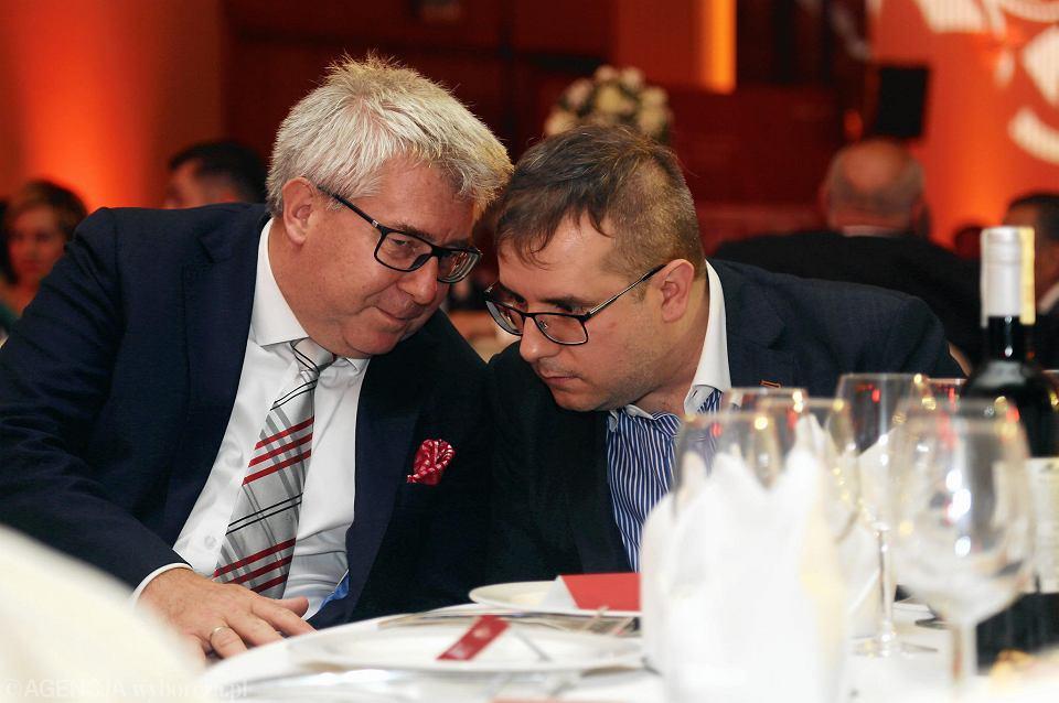 Od lewej Ryszard Czarnecki i Przemysław Czarnecki podczas gali z okazji dwudziestolecia WTS Sparty Wrocław.