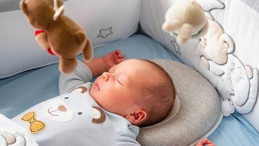 Poduszka dla niemowlaka kształtująca główkę ma tylu zwolenników, co przeciwników