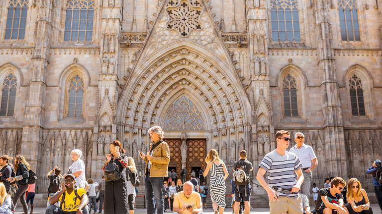 Turyści w Barcelonie przed katedrą Santa Eulalia