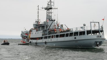 """Jednostka ORP """"Lech"""", która wypłynęła na poszukiwania zaginionych płetwonurków."""