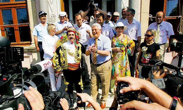 Mój pierwszy raz: tureckie zapasy, sport, mój pierwszy raz, Dla burmistrza Edirne zawody to najważniejsze wydarzenie w roku. Sam stanowił atrakcję turystyczną dla gości.