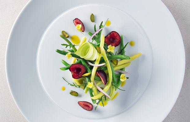 Czysta forma, kolor i faktura to wyróżniki kuchni Mauro Colagreco, który w restauracji Mirazur serwuje m.in. fasolke szparagową z pistacjami i malinami