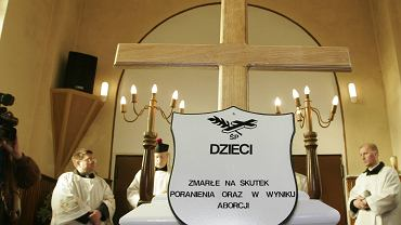Pogrzeby płodów to nie jest w Polsce nowe zjawisko. Wcześniej jednak nie przeprowadzano akcji na taką skalę. 30.03.2006, Łódź, Cmentarz Stary, ul. Ogrodowa. Uroczystość pogrzebowa 'zmarłych w wyniku aborcji lub poronienia'  - organizator Nazaret.