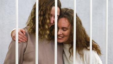 9.02.2021, Mińsk, dziennikarki: Daria Czulcoua (z lewej) i Kaciaryna Andrejeua podczas rozprawy przed białoruskim sądem.