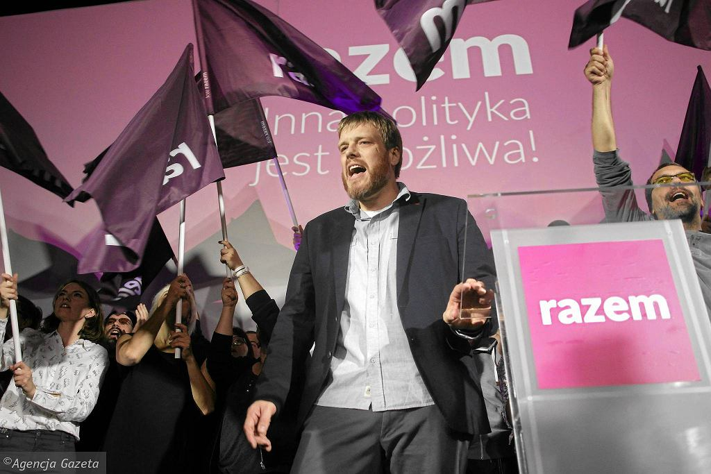 Adrian Zandberg, jeden z liderów partii Razem, podczas wieczoru wyborczego