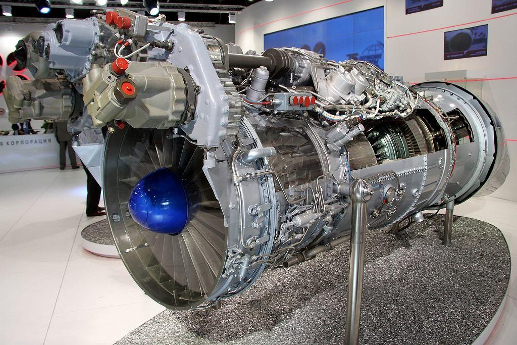 Silnik AL-31. Przez wycięte w obudowie fragmenty widać między innymi łopatki turbiny. Duże elementy na górnej przedniej części silnika to układ sterowania jego pracą