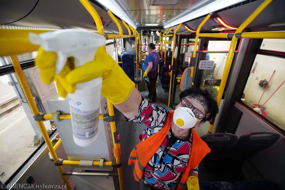Epidemia koronowirusa w Polsce. Pracownicy zajezdnia podczas dezynfekcji miejskich autobusów. Częstochowa, 13 marca 2020