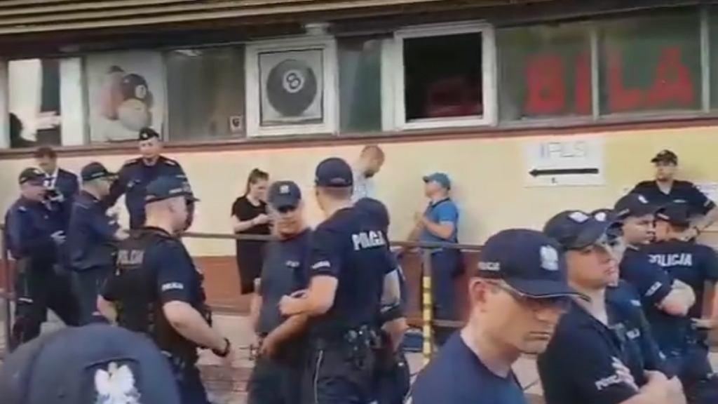 PiS o wyborach samorządowych. Przed Nowogrodzką mnóstwo policji