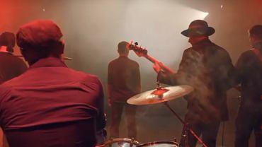 Białostocki rockowy zespół Mniej Więcej nagrał balladę specjalnie dla podopiecznych Fundacji 'Pomóż Im'. Utwór 'Za samą myśl' nawiązuje do pracy Fundacji prowadzącej Białostockie Hospicjum dla Dzieci