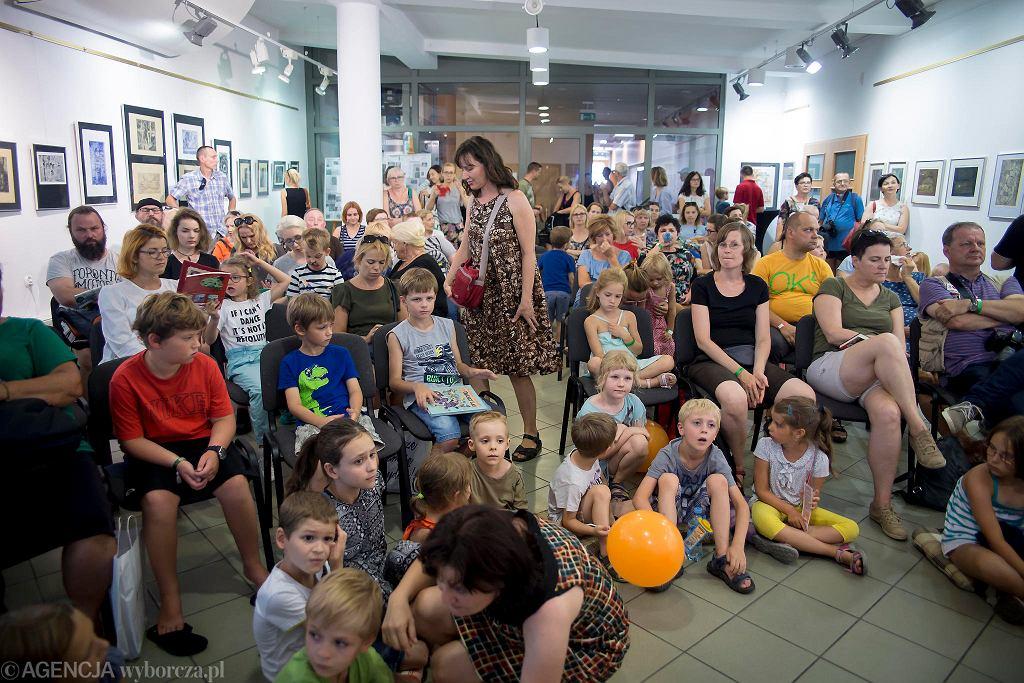 Dzieci i dorośli na spotkaniu z Adamem Wajrakiem na festiwalu #bedzieczytane w Ełku / RENATA DĄBROWSKA