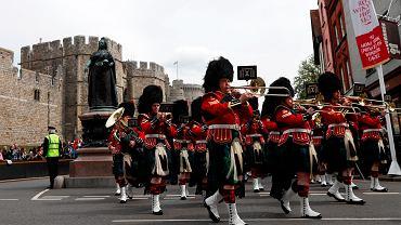 Parada regimentu szkockiego pod zamkiem w Windsorze.