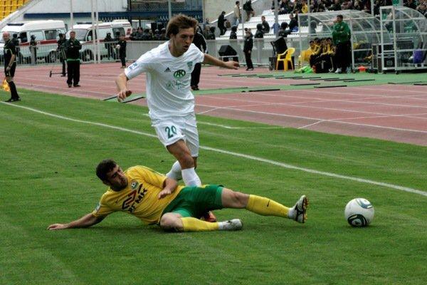 Adlan Katsajew (na zdjęciu robi wślizg) ma być piłkarzem Lechii Gdańsk