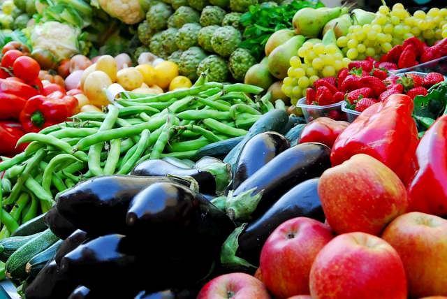 Większość owoców i warzyw zawiera mało tłuszczu i kalorii