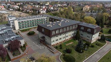 15 kwietnia 2020 r. Dom pomocy społecznej przy ul. Winiarskiej w Kaliszu otoczony jest ogrodem i drzewami. Od miasta odgradza go wysoki płot i brama, a od tygodnia także policjanci i żołnierze wojsk obrony terytorialnej.