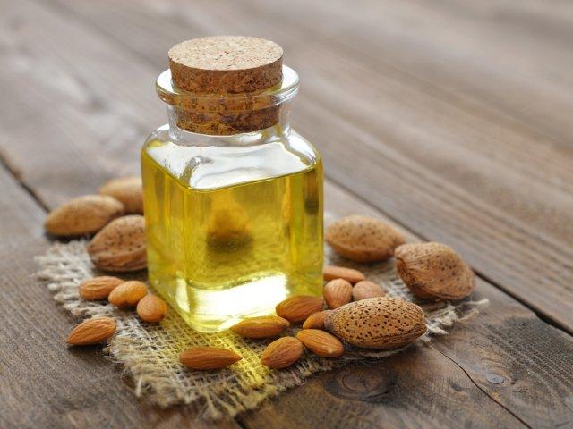 Olejek migdałowy (ze słodkich migdałów) ceniony jest szczególnie jako naturalny, łagodny kosmetyk do pielęgnacji skóry niemowląt i małych dzieci.
