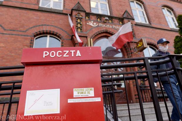 28.04.2020, Olsztyn, skrzynka pocztowa przy budynku Poczty Polskiej.