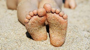 Przyklejony do stóp piasek może być prawdziwą zmorą