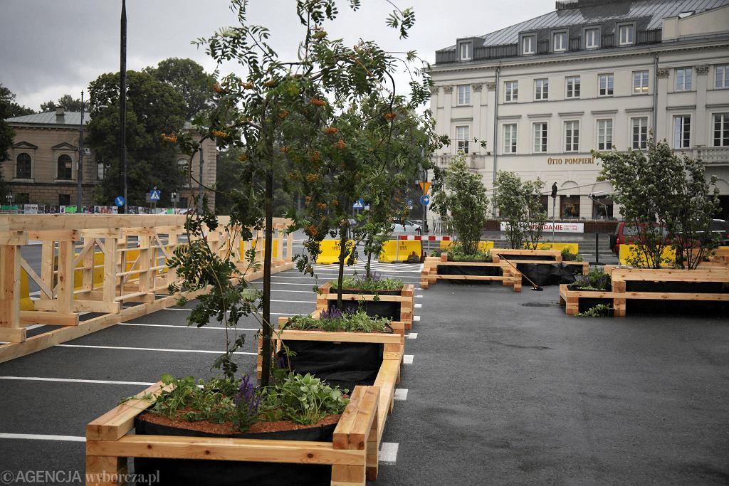 Budowa letniego skweru 'Plac Bankowy' na miejscu jednego z parkingów przy pomniku Słowackiego