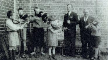 Lekcja muzyki w szkole w Rogozinie, Czesław Hińc drugi z prawej