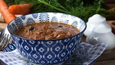 Gulasz wieprzowy należy do najpopularniejszych pomysłów na obiad z mięsem w roli głównej.