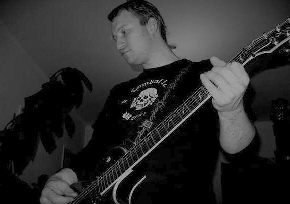 Tomasz Kuś, wokalista zespołu Nordica, w koszulce z symbolem 'Totenkopf'
