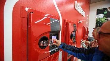 05.07.2019 Niemcy , Pasewalk , sklep Kaufland . Automat do zwrotu plastikowych butelek. Automat przyjmuje tylko te butelki , na które wcześniej była naliczona kaucja. W Niemczech to prawie wszystkie plastikowe i większość szklanych butelek.