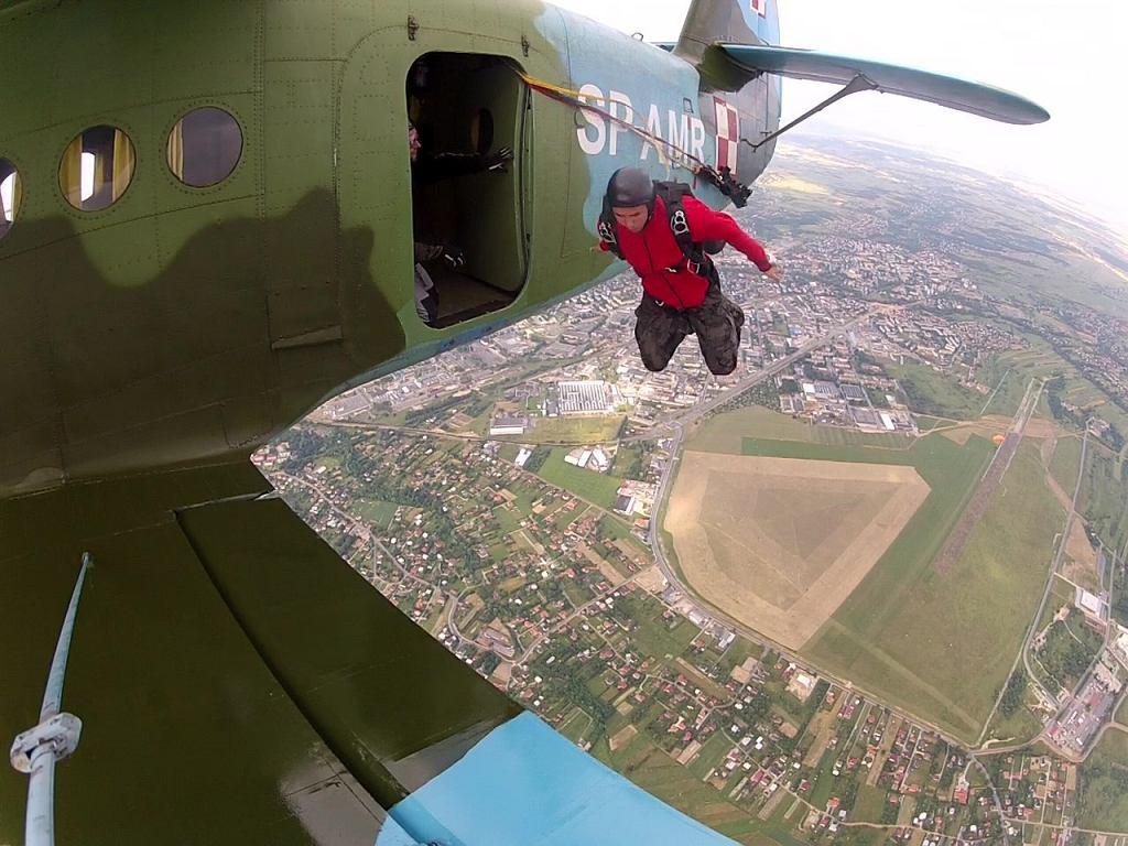 Skoki spadochronowe w formie w wojskowego desantu. Skoczkami byli członkowie Klubu Żołnierzy Wojsk Powietrzno-Desantowych 'Czerwone Berety'