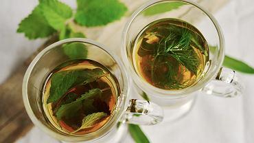 Herbatka z pestki. W pestce awokado jest niemal tyle samo związków fenolowych, ile w zielonej herbacie. 'Pestkowa' herbatka może więc zapobiegać tworzeniu się nowotworów. Wspomaga również trawienie. Jak zrobić taką herbatkę? Świeżą pestkę zetrzyj na tarce lub drobno pokrój i zalej wrzątkiem. Po 10 minutach napój jest gotowy. Jeżeli przeszkadza Ci goryczka, dodaj łyżeczkę miodu.  Możesz też zaparzać pestkę razem z ziołami lub kwiatem róży. Jeśli szykujesz herbatkę z ususzonej i zmielonej pestki, na szklankę wrzątku weź łyżeczkę suszu. Napój będzie miał kolor pomarańczowy.