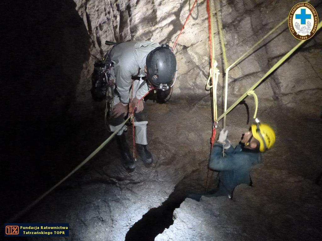Tatry. W Jaskini Wielkiej Śnieżnej trwa akcja ratunkowa. Zdjęcie z ćwiczeń ratowników TOPR-u.