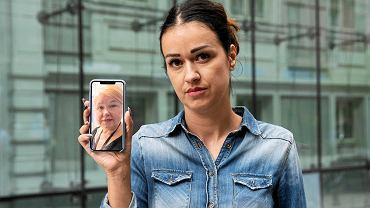 Natalia Kurzawa, córka Anny Chrisochoidis, pokazuje zdjęcie matki podczas pikiety w jej obronie
