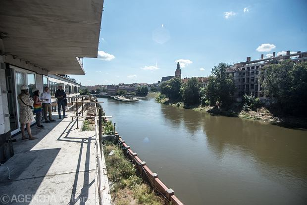 W centrach dużych miast jest coraz trudniej o wolne tereny. Ale we Wrocławiu nowe budynki są wznoszone nad Odrą, niedaleko rynku