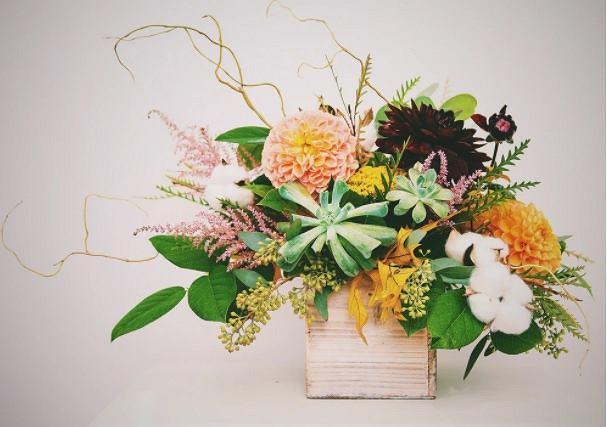 Kompozycja kwiatowa na komodę, czyli jak uatrakcyjnić wnętrze salonu?