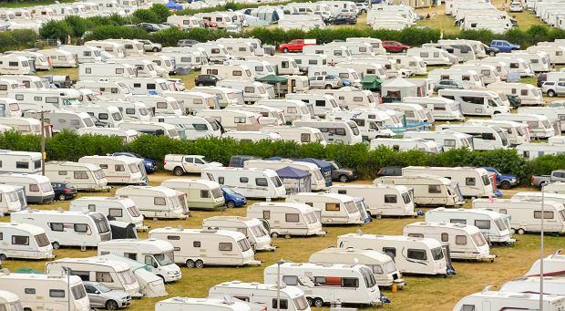 W sezonie wakacyjnych kamperowiczów jest mnóstwo (fot: Shutterstock.com)